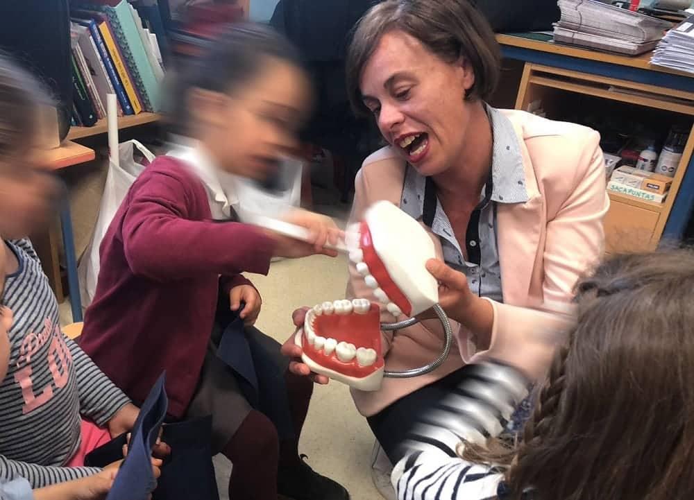 Doctores de Vivanta dan charlas en colegios para enseñar a los niños una buena higiene bucodental
