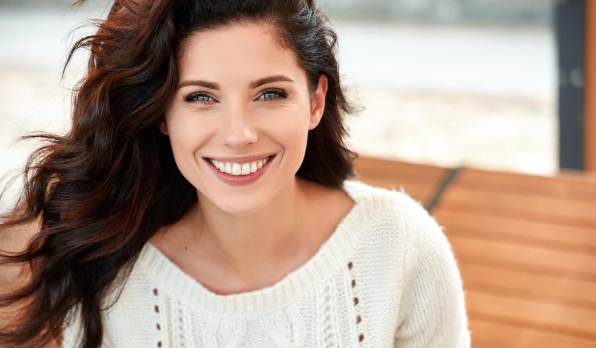 mujer sonriente gracias a las cirugías estéticas con más demanda